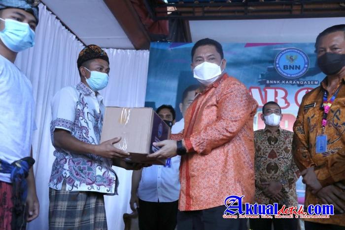 Kepala BNN RI Serahkan Ratusan Paket Sembako dalam Kunker di Karangasem