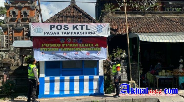 Polsek Tampaksiring Laksanakan Pemasangan Spanduk Posko PPKM Level 4 di Pasar Tradisional