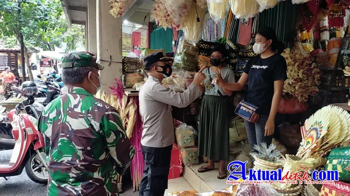 Bersama Satgas Covid-19, Kapolsek Ubud Pimpin Operasi Yustisi di Pasar Tradisional