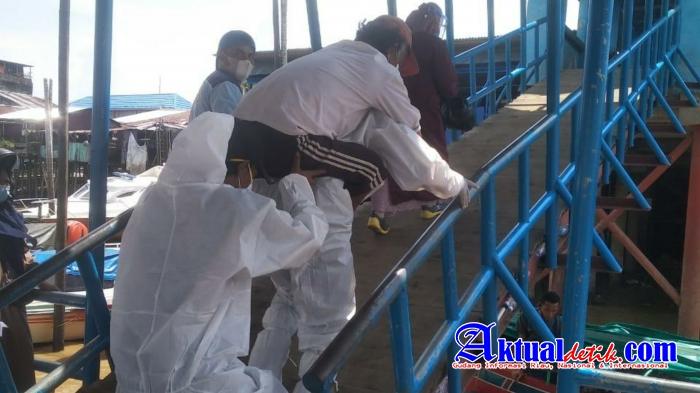 Evakuasi Pasien Ke Rumah Sakit, Bhabinkamtibmas Di Riau Gendong Suspec Covid-19