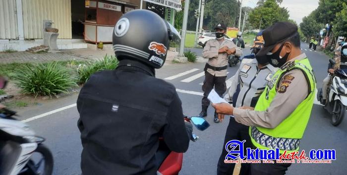 Mobilitas Masih Ramai, Petugas Gabungan Tak Henti Gelar Penyekatan di Simpang Tulikup