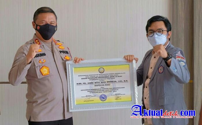 Lagi, Kapolda Riau Terima Dua Penghargaan dari Badan Eksekutif Mahasiswa Se-Riau