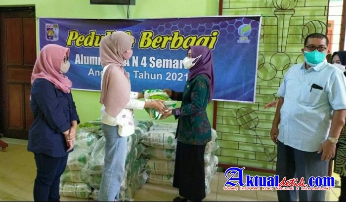 Di Tengah Pandemi Alumni SMA Negeri 4 Semarang Angkatan 2021 Bagikan Beras 1,75 Ton