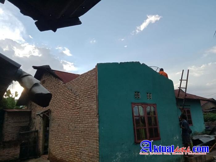 Kompol Selamat Manalu Bantu Warga Terkena Bencana Alam