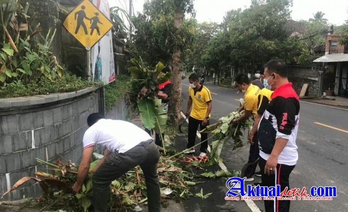 Peduli Lingkungan Sabtu Bersih, Personel Polsek Tampaksiring Melaksanakan Kerja Bhakti