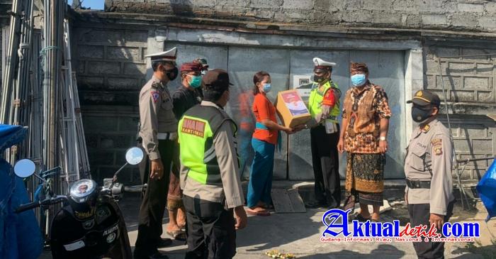 Polres Gianyar Berikan Bantuan Sosial Tali Asih Kepada Masyarakat Yang Terdampak Covid-19