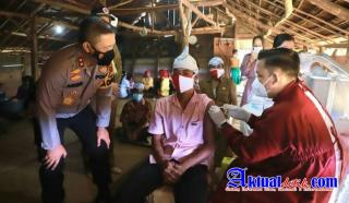 Vaksin Kemerdekaan Polda Riau Jangkau Masyarakat Pedalaman Suku Talang Mamak Inhu
