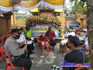 Simakrama, Bagikan Masker dan Prokes di Upacara Pelebon Ida Pedanda Gede Wayahan Buruan
