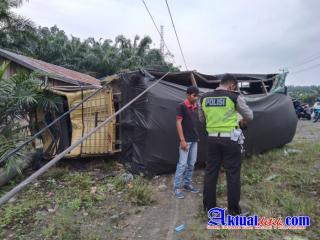 Akibat Pecah Ban,truk Coldiesel hantam Tiang Litrik