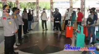 Kapolres PematangSiantar Salurkan Bansos dari Kapoldasu Ke Pedagang dan Petugas Parkir