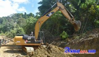 Alat Berat Diturunkan di Lokasi TMMD Ke-111, TNI-Polri dan Warga Kompak Ratakan Permukaan Tanah