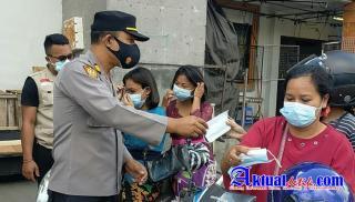 Kapolsek Ubud Pimpin Pemasangan Spanduk Posko PPKM Level IV di Pasar Tradisional