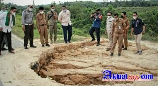 Bupati Pelalawan H. Zukri Tinjau Jalan Rusak di Kecamatan Bunut