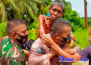 Sikap Mulia Anggota Bhabinkamtibmas Polsek Seberida Evakuasi Warga lumpuh Akut