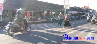 Kapolsek Tampaksiring Atensi Turun Langsung Pengaturan Lalu-lintas di Simpang 4 Pasar Tampaksiring