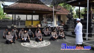 Secara Rutin di Hari Purnama Personil Polres Badung Laksanakan Sembahyang Bersama