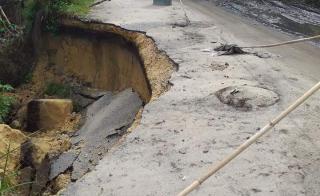 Bencana Akhir Tahun Mengancam, Jalan Longsor di Rohil