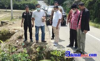 Wakil Bupati Pelalawan Tinjau Kondisi Jalan Yang Rusak di Kelurahan Rawang Empat