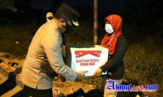 Pimpin Patroli Skala Besar, Kapolda Riau Bagikan Paket Sembako Hingga Borong Dagangan Kaki Lima