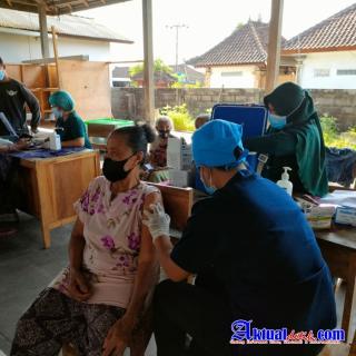 Tinggalkan Pandemi Menuju Endemi, Vaksinator Polres Karangasem Jaring Masyarakat Untuk di Vaksinasi