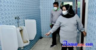 Tinjau Pelabuhan Roro, Bupati Bengkalis Kesal Lihat Toilet Kotor