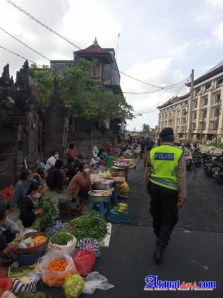 URC Sat. Samapta Polres Gianyar, Himbau Masyarakat Taati Prokes di Pasar Tumpah