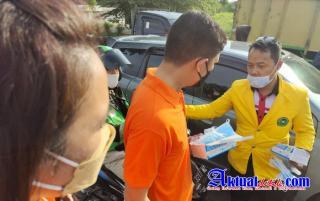Kelompok 9 KBM Fakultas Hukum Unilak Bagikan Masker, Sanitizer, Dan Tempat Cuci Tangan