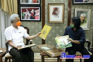 Dewa Budjana Serahkan Lima Piringan Hitam Buat Gubernur Jateng