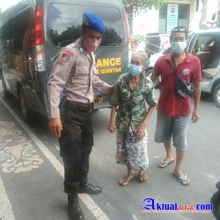 Percepat Vaksinasi, Satpolairud Polres Gianyar Jemput Kaum Lansia Untuk di Vaksinasi