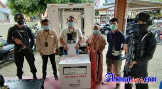 Personil Brimob Gorontalo Kawal Pendistribusian Vaksin Di Instalasi Farmasi Kabupaten Gorut
