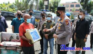 Bantu Masyarakat Terdampak Pandemi Covid-19, Kapolresta Pekanbaru Gencar Salurkan Bansos