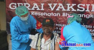 Terapkan Sistem Door To Door, Vaksinator Polres Gianyar Sasar Lansia