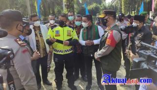 Bupati Pelalawan dan Kapolda Riau Tinjau Posko PPKM Mikro PT. Serikat Putra Desa Sialang Godang