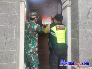 Jaga Kedisiplinan Dalam Pencegahan, Bhabinkamtibmas Tempelkan Stiker di Depan Rumah Warga Isoterdes