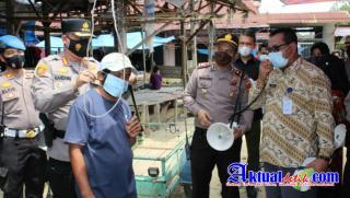 Perangi Covid-19, Polresta Pekanbaru Bagikan 1000 Masker di Pasar Tangor dan Berikan Bantuan Sembako