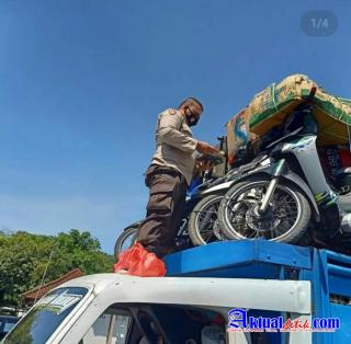 Antisipasi Curanmor, Anggota Lalu-lintas Polsek Padangbai Cek Dokumen Ranmor di Pelabuhan Padangbai