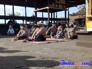Kapolres Karangasem Dampingi Karo SDM Polda Bali Melaksanakan Persembahyangan di Pura Agung Besakih