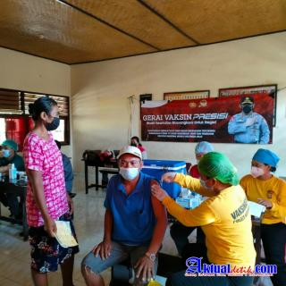 Team Vaksinator Polres Karangasem Tak Kenal Lelah Demi Masyarakat Sehat