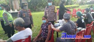 Bhabinkamtibmas Polsek Tampaksiring Antar Jemput Kaum Lansia Untuk Melaksanakan Vaksinasi